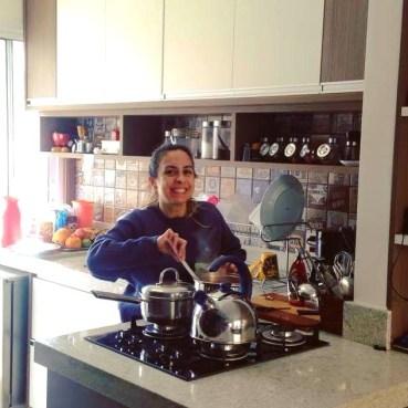 feliz na cozinha